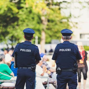 Zwei Polizisten auf Streife