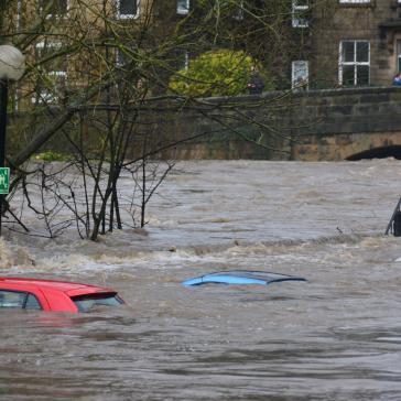 Überflutete Autos im Hochwasser