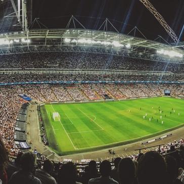 ausverkauftes Stadion mit Fußballfans