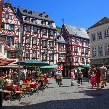 Marktplatz mit historischem Stadtkern und Fachwerkhäusern