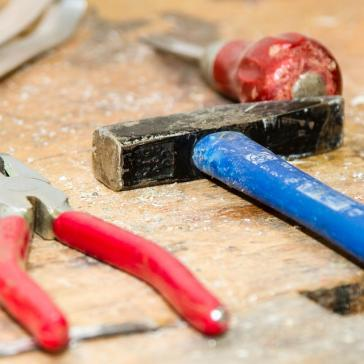 Zange und Hammer auf Werkbank